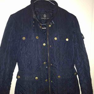 Köpt från MQ, endast använd 2 gånger. Köptes för 1200. Perfekt höst/vår jacka.
