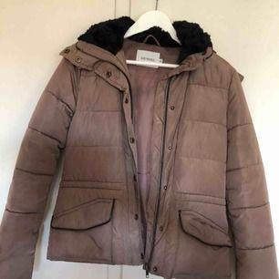 Varm jacka som har användts ett fåtal gånger. Köptes på JC och står att det är strl xxs men jag har s och kan ha den!