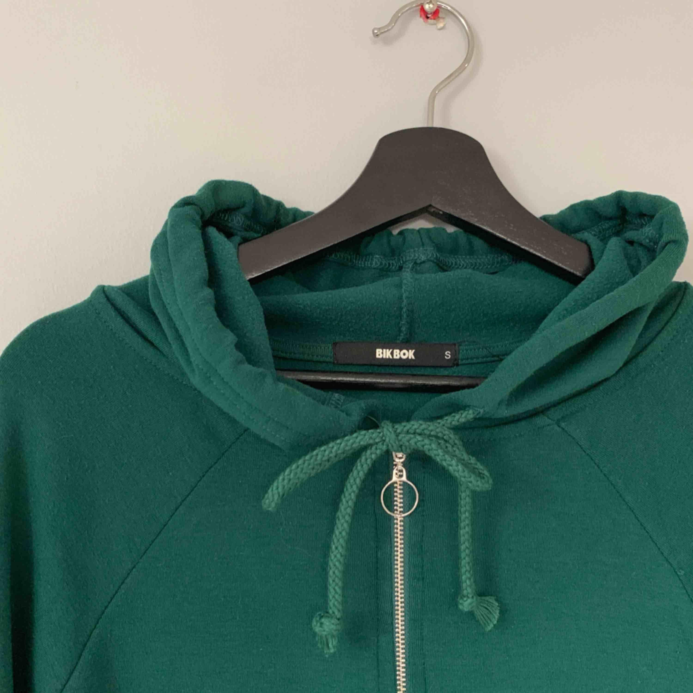 Grön huvtröja från Bikbok. Världens skönaste material. Frakt tillkommer.. Huvtröjor & Träningströjor.