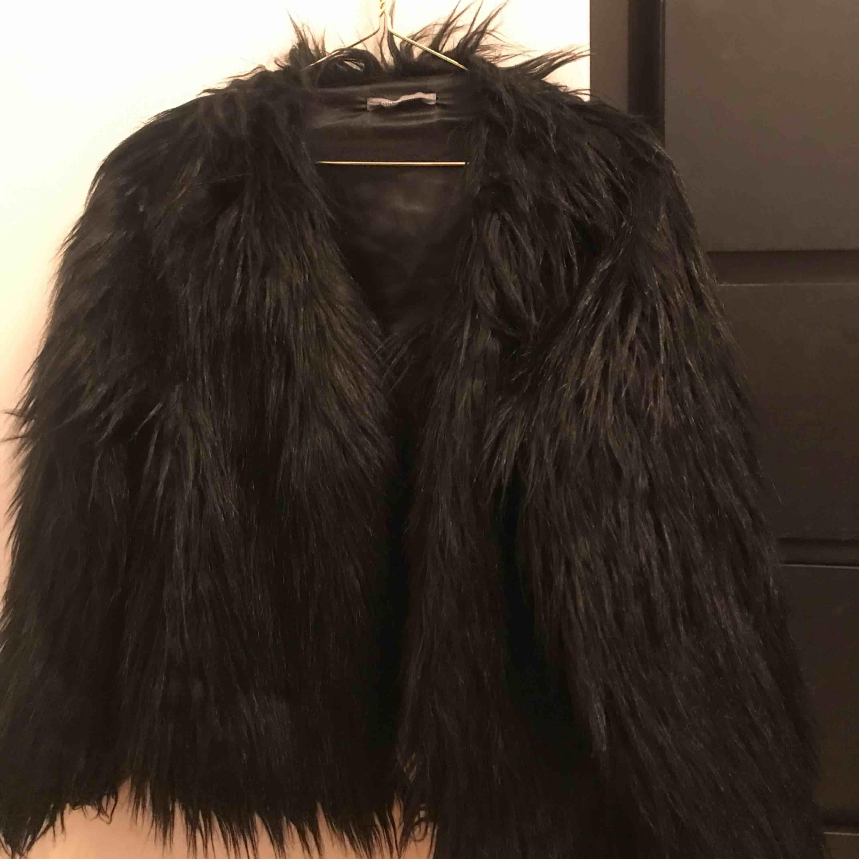 Säljer min fantastiska faux fur från ginatricot eftersom den inte kommer till användning tillräckligt ofta. Jackan är svart med en insida av satin. Jackan går att knäppa me tre stycken hyskor. Kan mötas upp eller skicka mot frakt!. Jackor.