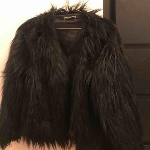 Säljer min fantastiska faux fur från ginatricot eftersom den inte kommer till användning tillräckligt ofta. Jackan är svart med en insida av satin. Jackan går att knäppa me tre stycken hyskor. Kan mötas upp eller skicka mot frakt!