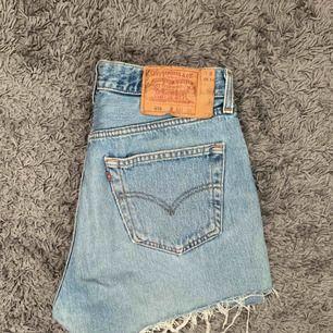 Säljer mina fina Levi's shorts! Köpta på en second hand butik i Berlin. Står att storleken är 33 men passar en som brukar ha 29-30! Frakt tillkommer.