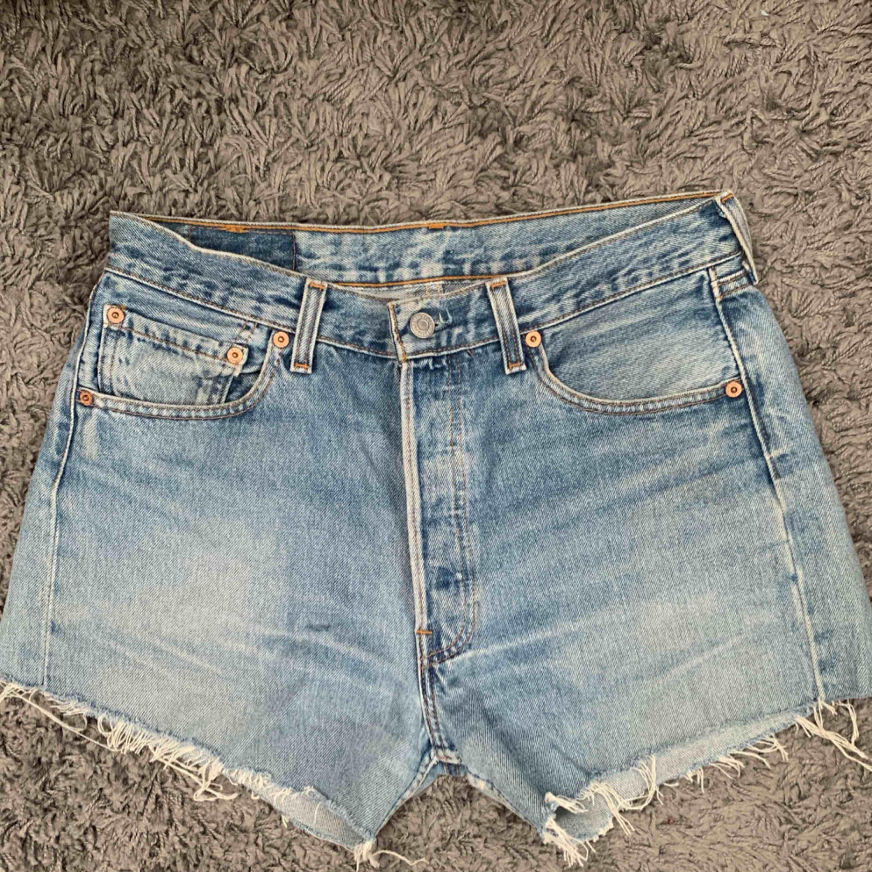 Säljer mina fina Levi's shorts! Köpta på en second hand butik i Berlin. Står att storleken är 33 men passar en som brukar ha 29-30! Frakt tillkommer. . Shorts.