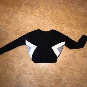 Crop tröja från Gina tricot, fint skick. Kan mötas upp i Malmö men även frakta. Köparen står för frakten:)