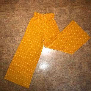 Högmidjade utsvängda byxor från bershka, använda 1 gång! Kan mötas upp i Malmö men även frakta. Köparen står för frakten:)