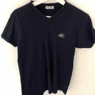 Ribbad vringad T-shirt från Calvin Klein