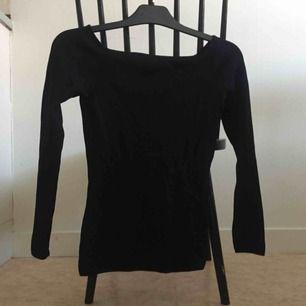 Svart tröja i stretchigt material. 📬 Frakt 55 kr