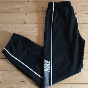 "Vintage Nike track pants Size S Passar mellan 29-32"" midja 32"" innersöm"