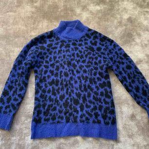 Jättefin Stickad leopardtröja, väldigt stor i storleken känns som en S, bra skick! Nypris: Ca 500