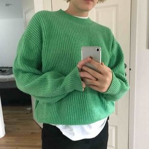 Jättefin grön stickad tröja i väldigt gott skick! Sparsamt använd, oversized fit. Kan mötas upp i Stockholm eller skicka inom Sverige.