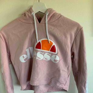 rosa croppad hoodie ifrån ellesse, st M/S men väldigt liten i storlek så passar xs bättre. Använd fåtal gånger  Frakt ingår