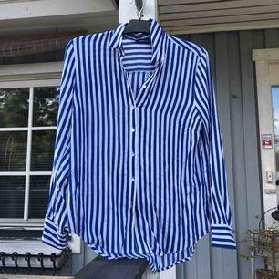 Skit fin stark blå och vit randig tun blus   Väldigt skön att ha på t.ex sommar  Eventuell frakt tillkommer