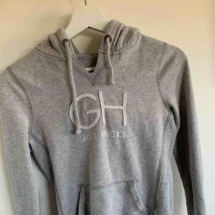 Supersnygg grå hoodie ifrån gilly hicks. Liten i storlek, passar XS bättre