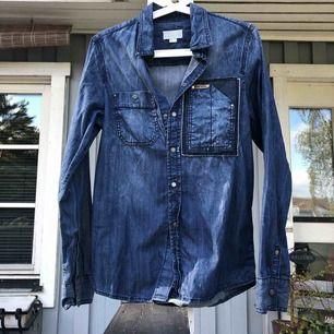 Fin jeansskjorta i tunt material från diesel  Skulle såga att det passar en s  Eventuell frakt tillkommer