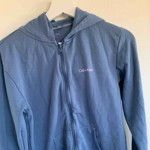 blå/lila hoodie ifrån calvin klein oanvänd ✨