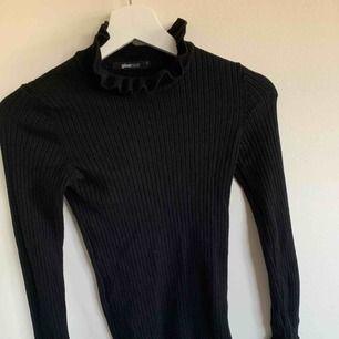 Oanvänd stickad tröja ifrån gina tricot  Frakt ingår!