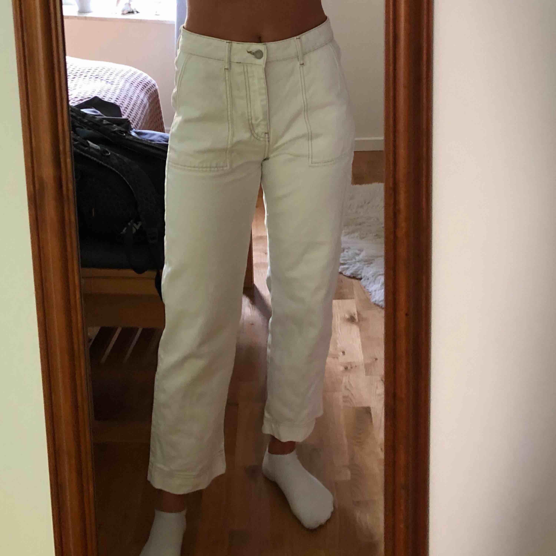 Vita jeans från Ginatricot. Storlek: 40. Pris: 270kr (Orginalpris: 500kr) . Jeans & Byxor.