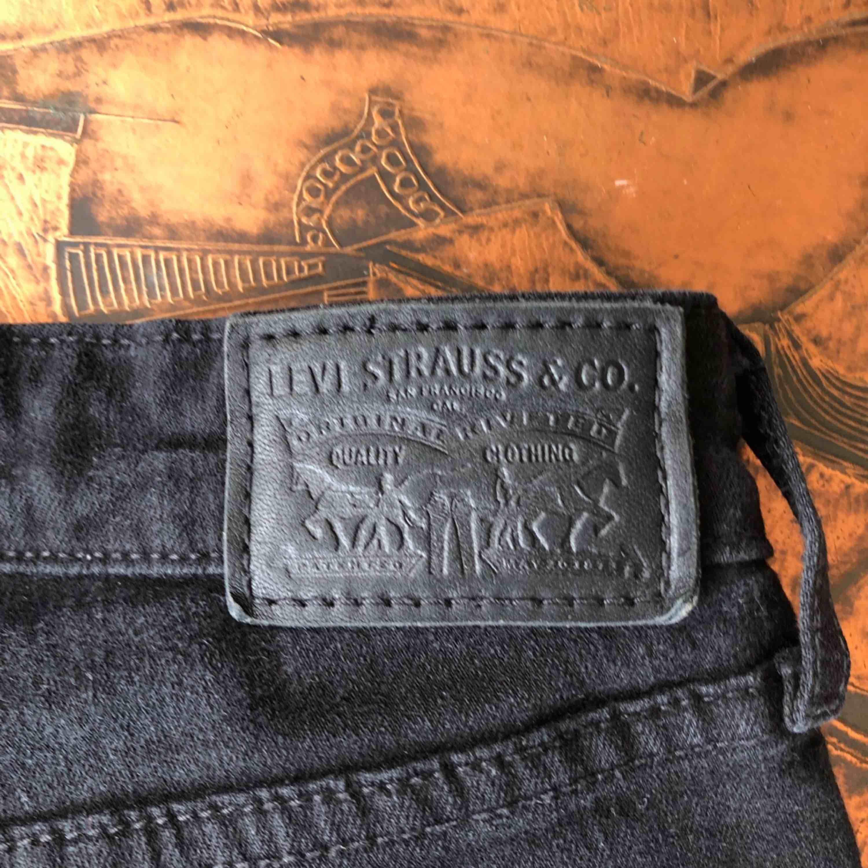Levis bootcut jeans. Säljer pga för små. Storlek: W-27. Pris: 400kr (Orginalpris 999kr) . Jeans & Byxor.