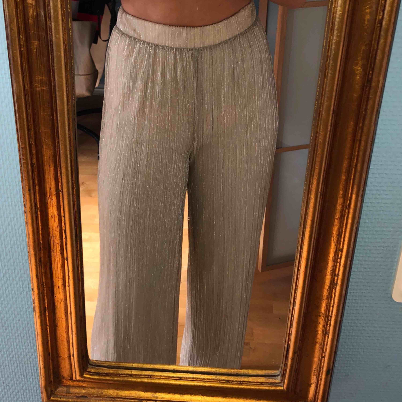 Glittriga festbyxor från Vero Moda. Använda 2 gånger!! Storlek: S. Pris: 300kr (Orginalpris 500kr). Jeans & Byxor.