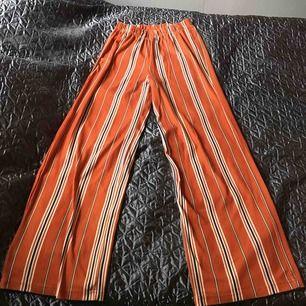 Fina och sköna byxor i stretchigt material. Sparsamt använda. Fraktkostnad tillkommer 30kr.