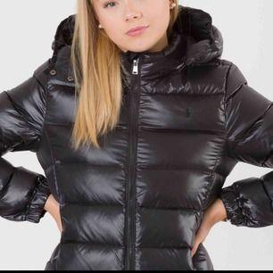 Jag säger min dunjacka från Ralph Lauren. Svart och varm vinterjacka. Säljs pga inte min stil. Använd lite förra vintern men skicket är väldigt bra. Bekväm och varm i vinter!