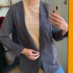 En aning skrynklig Kavaj i sammet/velvet-liknande material med faux-skinnband som går att ta bort. Mycket snyggare irl!! frakt :42kr ✨
