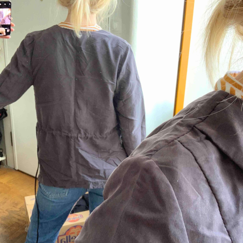 En aning skrynklig Kavaj i sammet/velvet-liknande material med faux-skinnband som går att ta bort. Mycket snyggare irl!! frakt :42kr ✨. Kostymer.