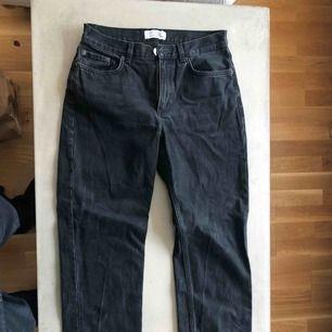 Snygga urtvättade jeans i svart, köpta på & other strories.
