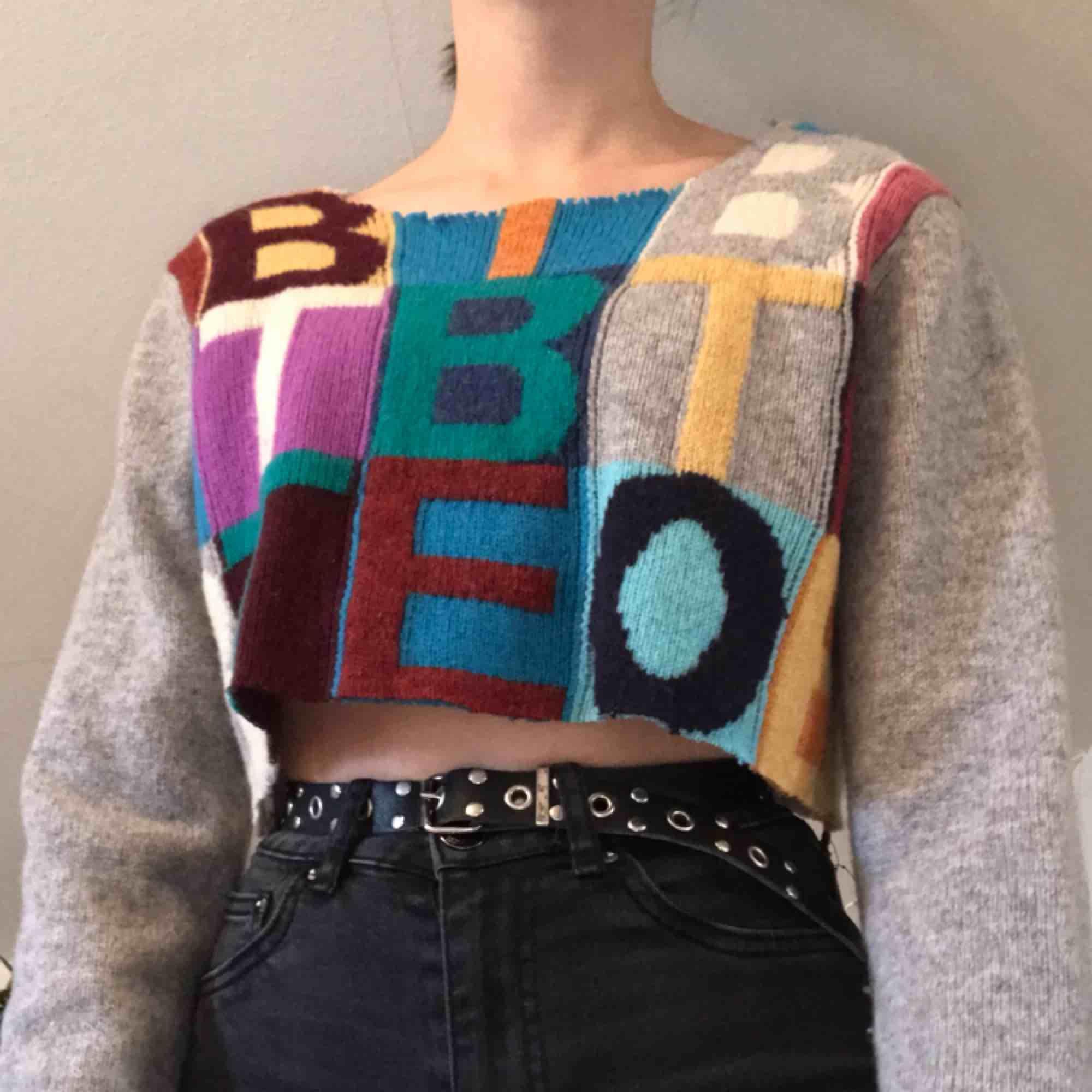 En färgglad tröja som tyvärr inte kommer till användning. Bra skick. Skriv för mer bilder på plagget. Frakt tillkommer på ca 40 kr🌎. Tröjor & Koftor.