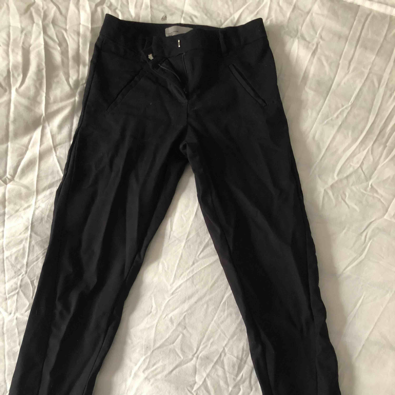 Fina kostymbyxor, använda väldigt fåtal gånger. . Jeans & Byxor.
