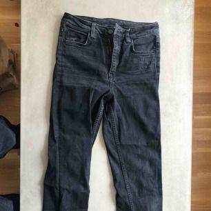 Använda svarta jeans från H&M. Slim med raka byxben!