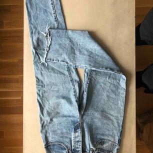 Skulle säga att dom här jeansen passar någon kortare och inte allt för bred i höfterna. Köpta på Brandy Melville, då de har små storlekar.