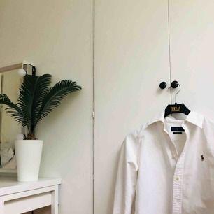 Mycket fin vit skjorta från Ralph Lauren. Lite grövre material. Storlek S, funkar för XS men risk för att den är för lång. Säljs för 300kr + frakt, original pris runt 900-1000kr. Kan eventuellt mötas upp i Stockholm. 💙