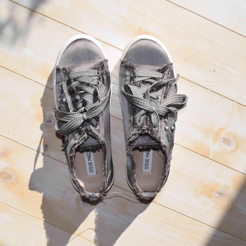 Storlek EUR/39  Väldigt bra skick. Sneakers från Steve Madden. Skor.
