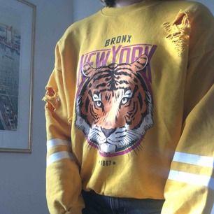 Sweatshirt från GinaTricot💘 Köptes i vintras, men använd max 5 gånger då jag sedan inte längre tyckte den var min stil. Alltså i väldigt gott skick! Frakten ingår i priset!😊 Om du har frågor tveka inte att höra av dig!
