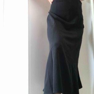 Lång kjol från monki aldrig använd för att den är lite stor i midjan