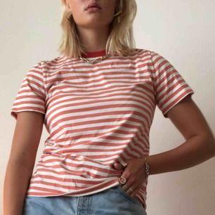 Randig tröja i färgen orange/rosa/korall! Supersöt och typ oanvänd!