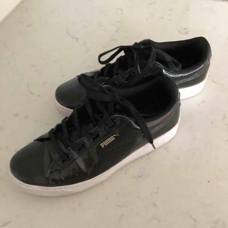 Supersnygga sneakers från PUMA med lackad yta i strl 40, använda fåtal gånger! . Skor.