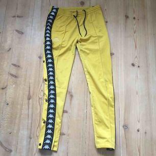 Säljer mina gula kappa byxor i storlek M slimfit, knappt använda alls och sitter väldigt fint på! Kom privat för mer bilder✨
