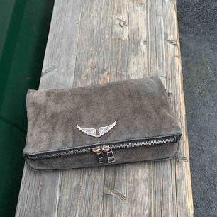 INTRESSEKOLL, grå mocka väska, köpt här på plick. kvitto osv medföljer samt det långa bandet. från zadig & voltaire. skriv meddelande om du undrar något.