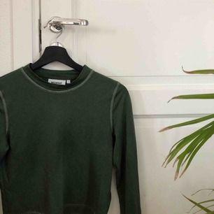 """Grön långärmad tröja från weekday med lite """"skimmer"""" i, som tyvärr inte passar mig🥺 använd max 5 ggr"""