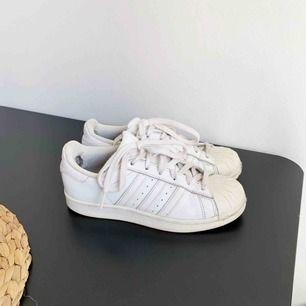 Vita Adidas skor! Har några år på nacken men har nu stått i garderoben två säsonger! Fodret inne vid hälarna är lite slitet men annars är de hela! Frakten på 90kr ingår i priset 🌻