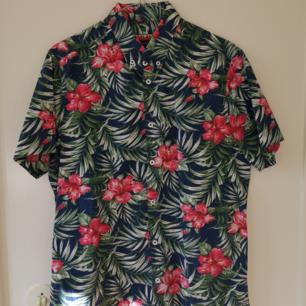 Blommig Hawaii-skjorta. Bra skicka, köpt från Urban Outfitters.