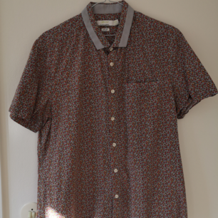 Blommig kortärmad skjorta från TOPMAN, I bra skick. Slim-fit