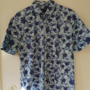 Blå blommig Hawaii-skjorta från TOPMAN I bra skick