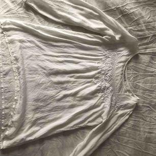 Blus i tunt material mönster fram