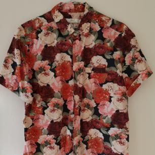 Kortärmadskjorta från TOPMAN I bra skicka. Slim-fit