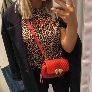 T-shirt från zara i leopardmönster och med broderat tryck i rött, supersnygg men säljs pga aldrig använd!