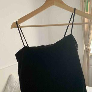 Spagetti linne från Gina Tricot, st L men väldigt små i storleken så mer som en S :)