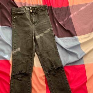Jeans från Gina som jag har gjort själv hål i Köparen står för frakten